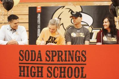 Sadie Gronning signing