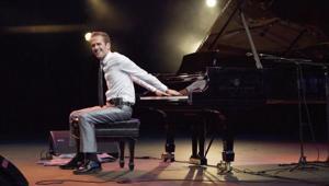Backwards piano player