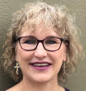 Cynthia Mote Elliott receives nursing award