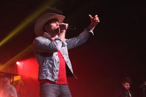 Review: Dustin Lynch leads an all-out country party