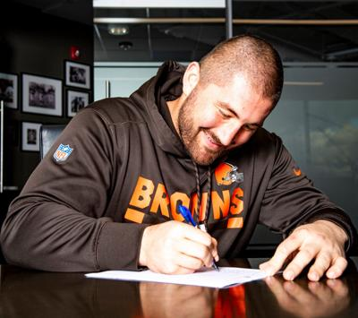 Cleveland Browns C JC Tretter signs his three year extension with the team last week. Tretter graduated from Cornell in 2013. (Photo from Cleveland Browns Twitter)