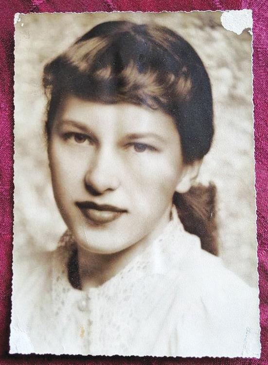 A young Loretta Nachand Sperling, age 16