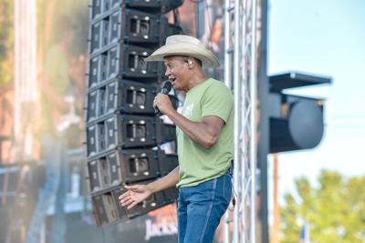 Country crooner Neal McCoy thrills hometown crowd at Tomato Bowl grand opening