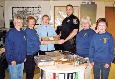 Alpha Upsilon gives cookies to police