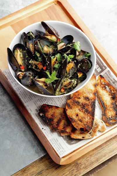 Lemongrass Mussels Dry-fried in the Wok