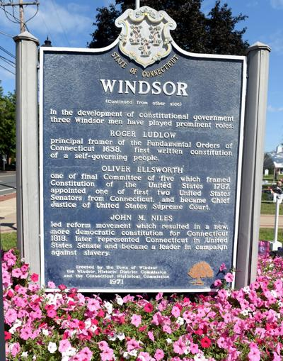 File Windsor Town sign, flowers