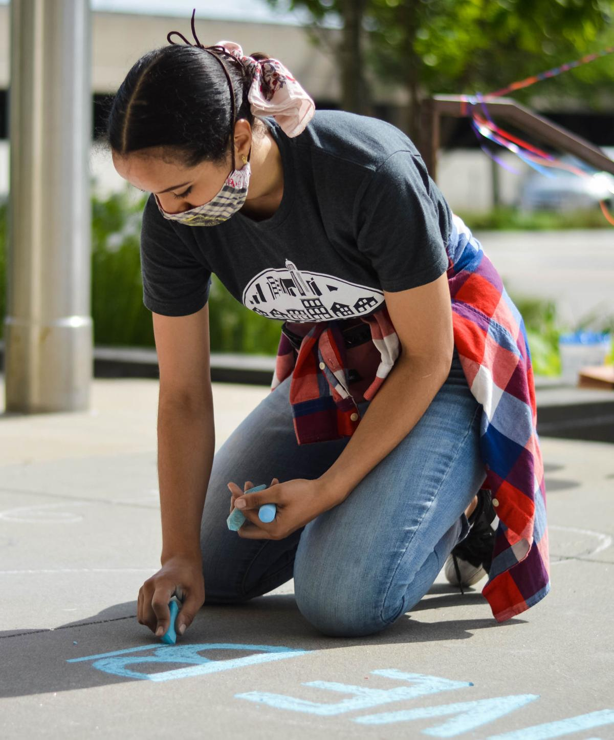 Kat Wiese creates Give to Lincoln Day chalk art