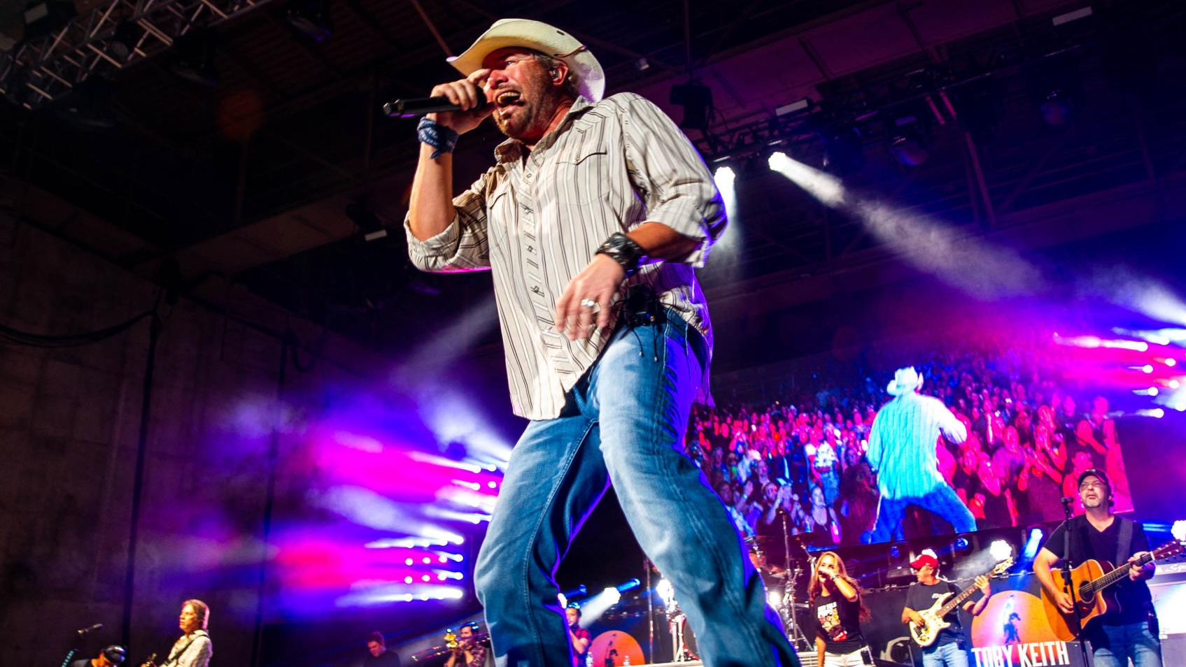 Review Toby Keith Knew Exactly Where He Was In Playing To Nebraska Crowd Music Journalstar Com