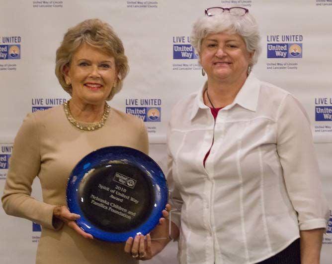 Linda Robinson Rutz presents Spirit of United Way Award to Betty Medinger