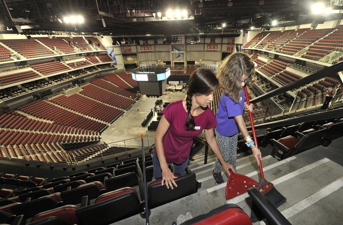 1 200 Jehovah S Witnesses Clean Arena Before Convention