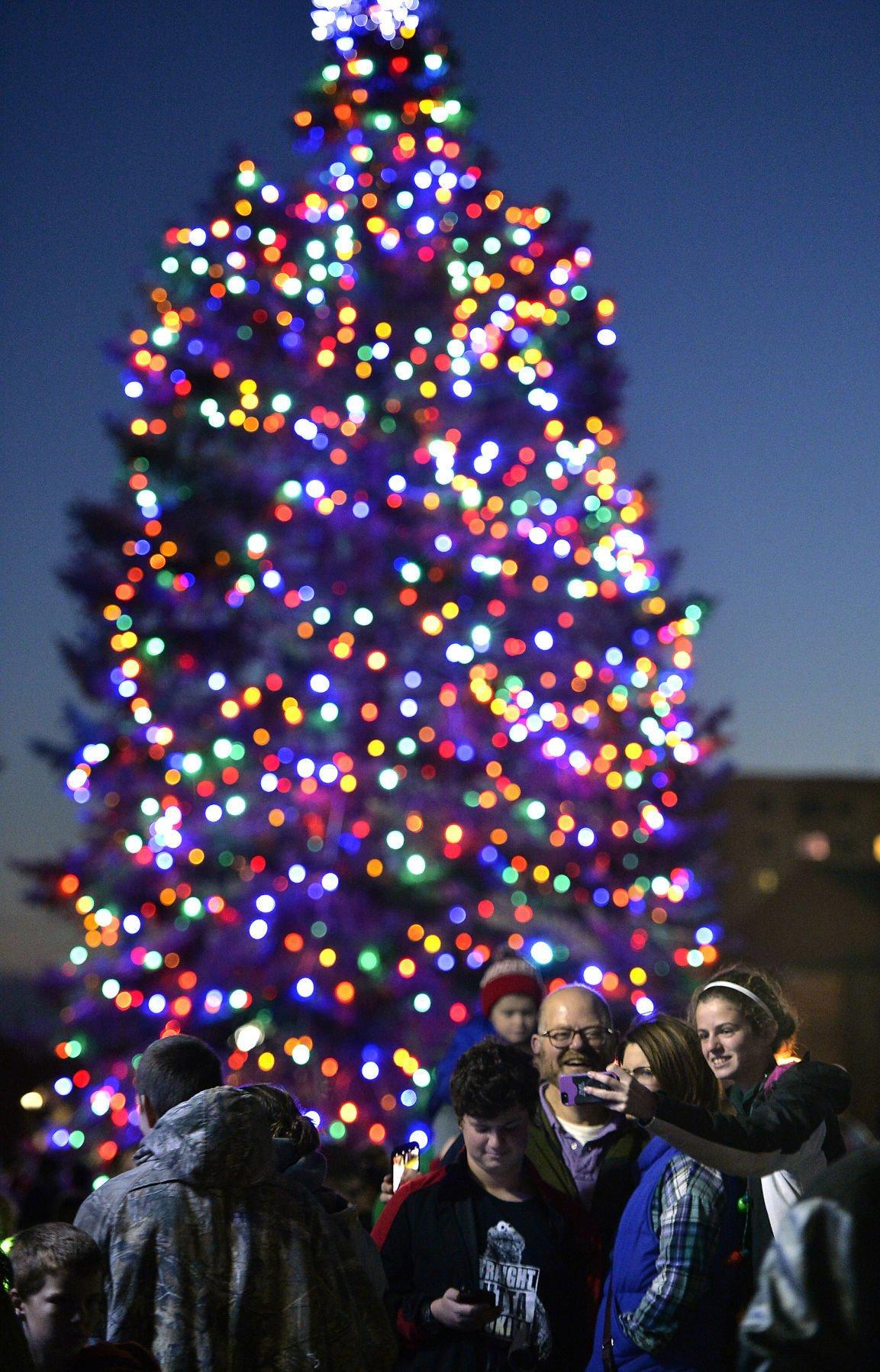 Christmas tree lighting: Thousands flock to downtown Kenosha | Local News | kenoshanews.com