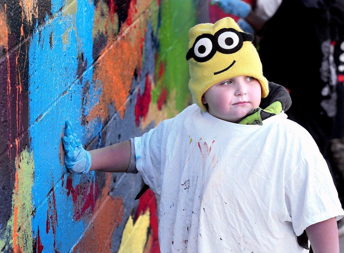 Hamilton kids help with mural
