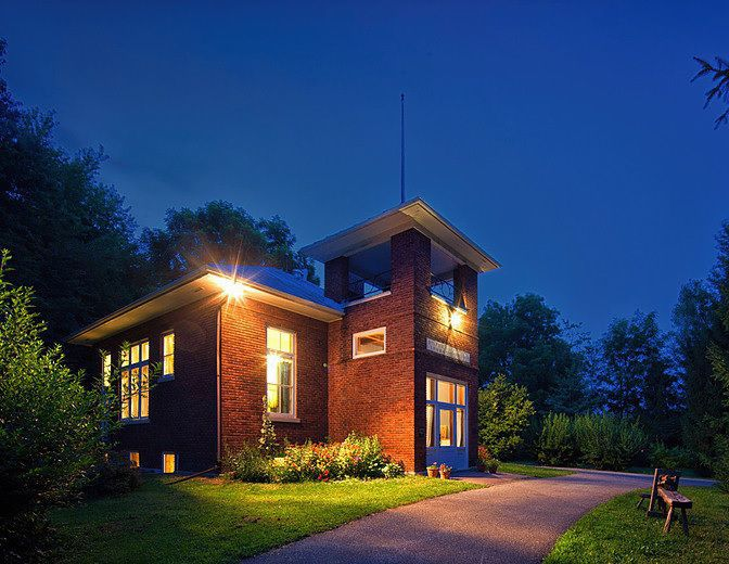The Wilson Schoolhouse Inn at night