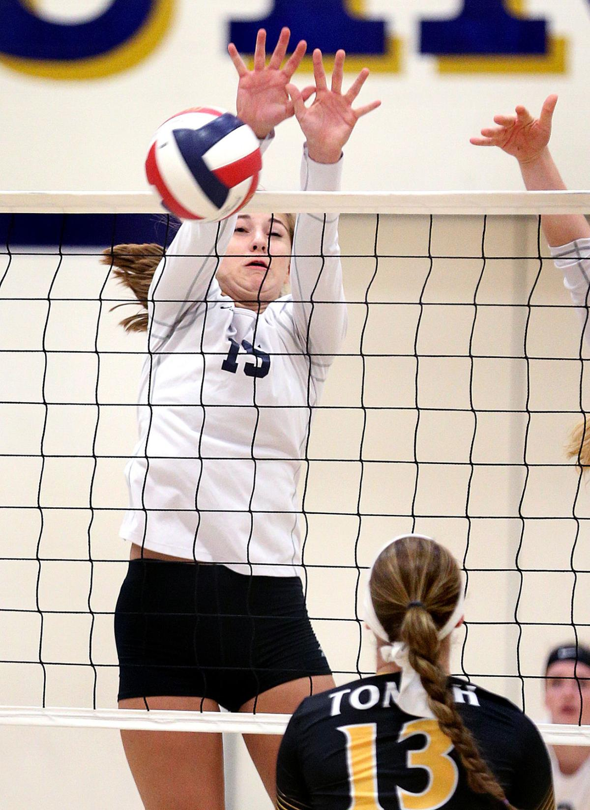 High school volleyball: La Crosse Aquinas needs 5 sets to extend MVC streak
