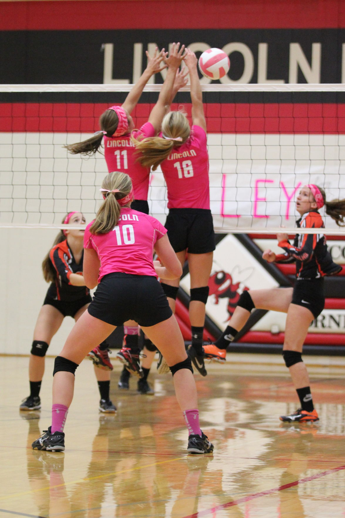 Lincoln volleyball sweeps Whitehall