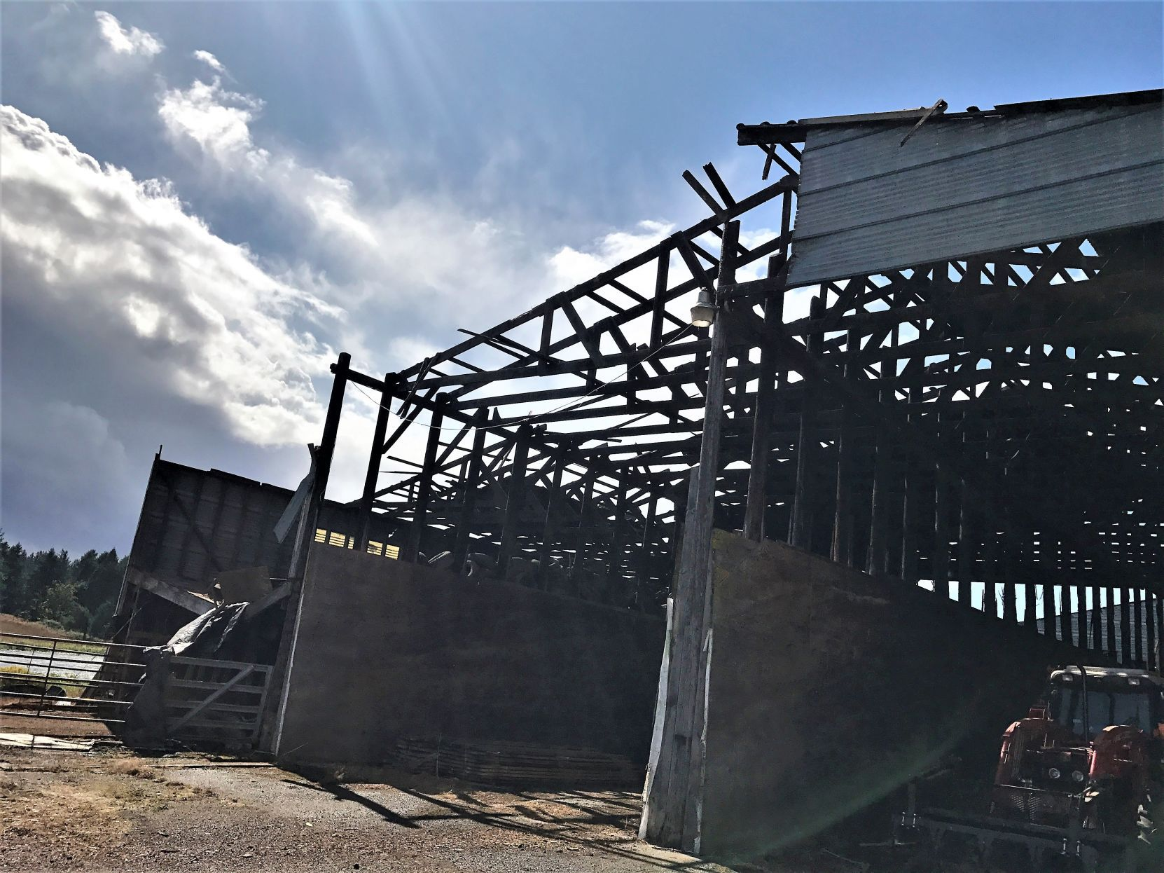 Possible tornado damages barns in Linn County