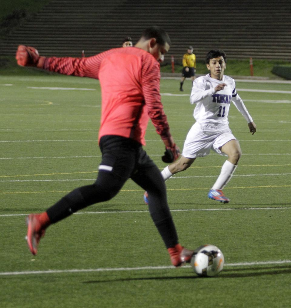 Boys soccer: Tigers cruise to shutout victory over Weston Ranch
