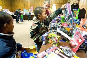 California Highway Patrol helps hand out 4,000 toys to children