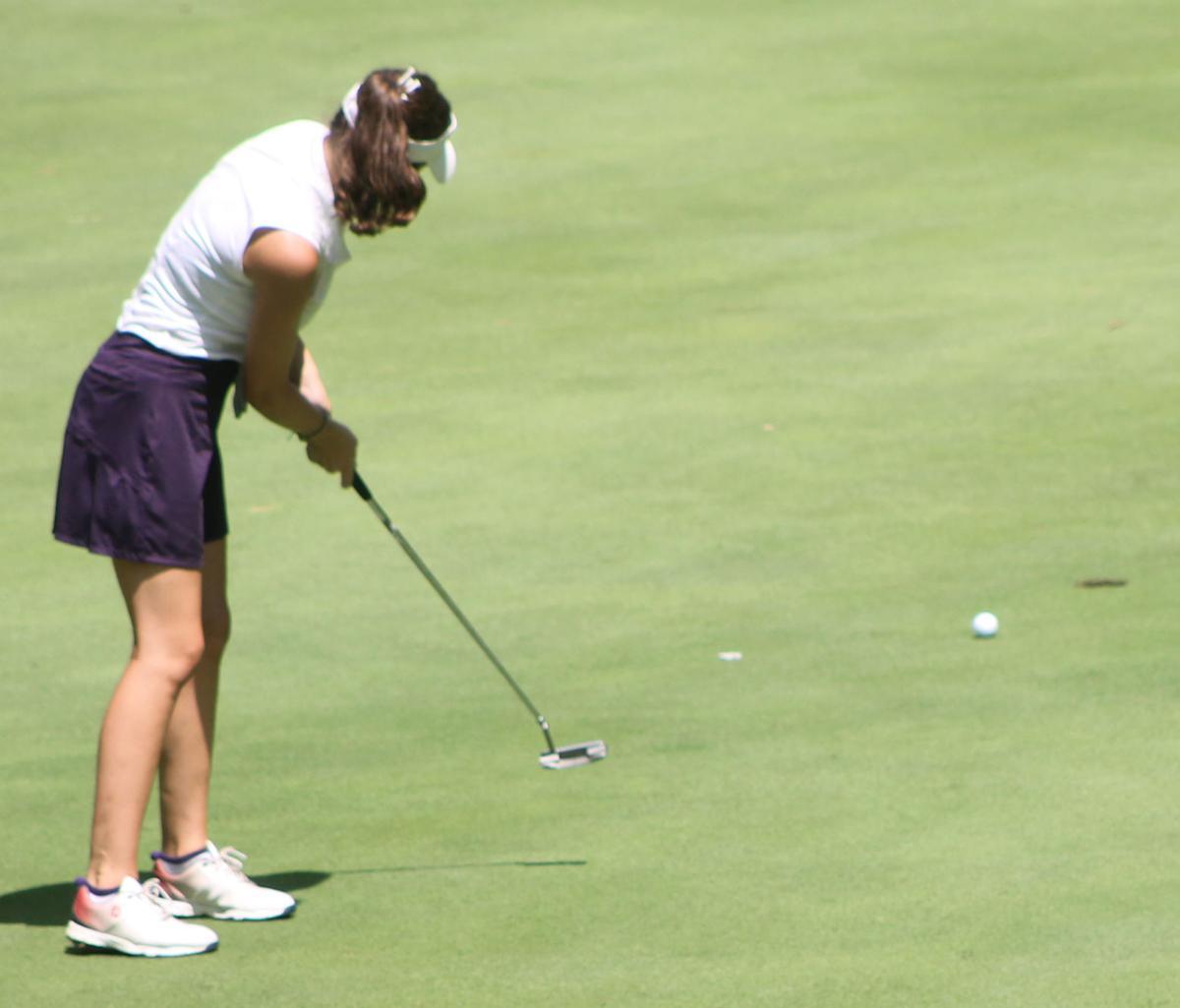 Lauren Johnson sinks a putt