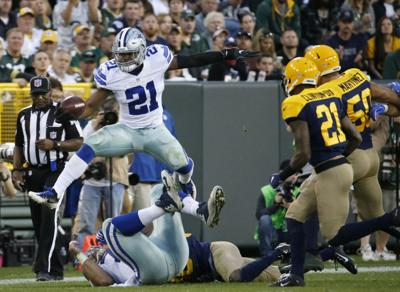 Ezekiel Elliott leaps over Packers, AP photo