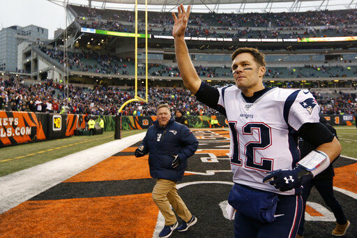 Tom Brady waving goodbye, AP photo