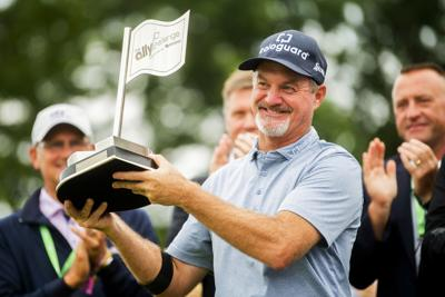 Jerry Kelly holds up trophy, AP photo