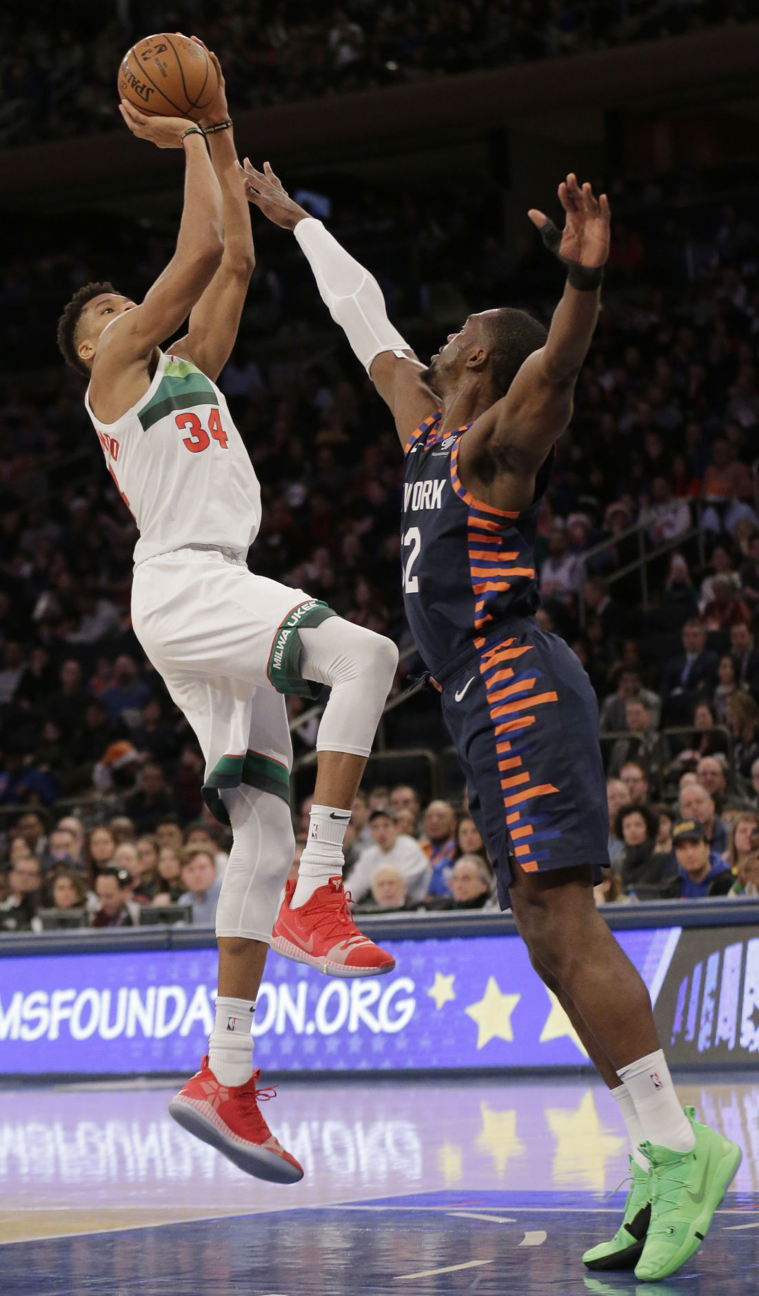 Christmas Day Basketball.Giannis Antetokounmpo S 30 Points Help Bucks Win Long