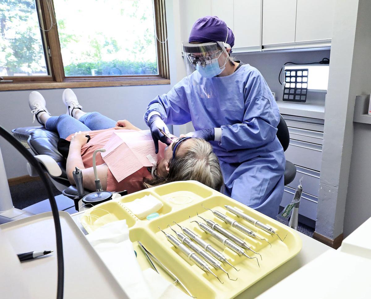 Seng cleaning teeth