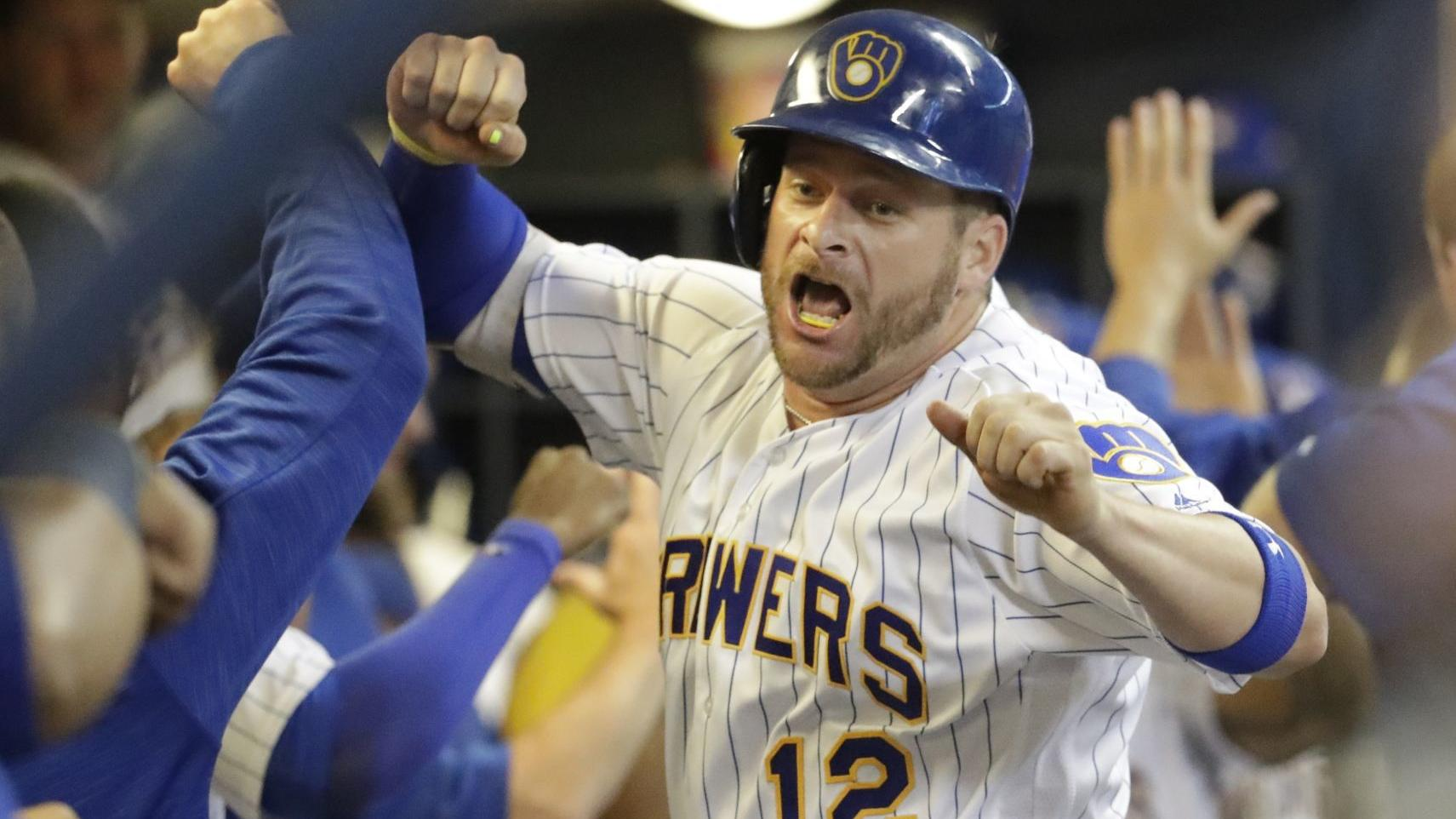 After injury kept him from playing for Brewers in 2018, catcher Stephen Vogt signs Giants