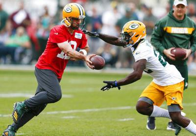 Aaron Rodgers hands off to Dexter Williams, AP photo