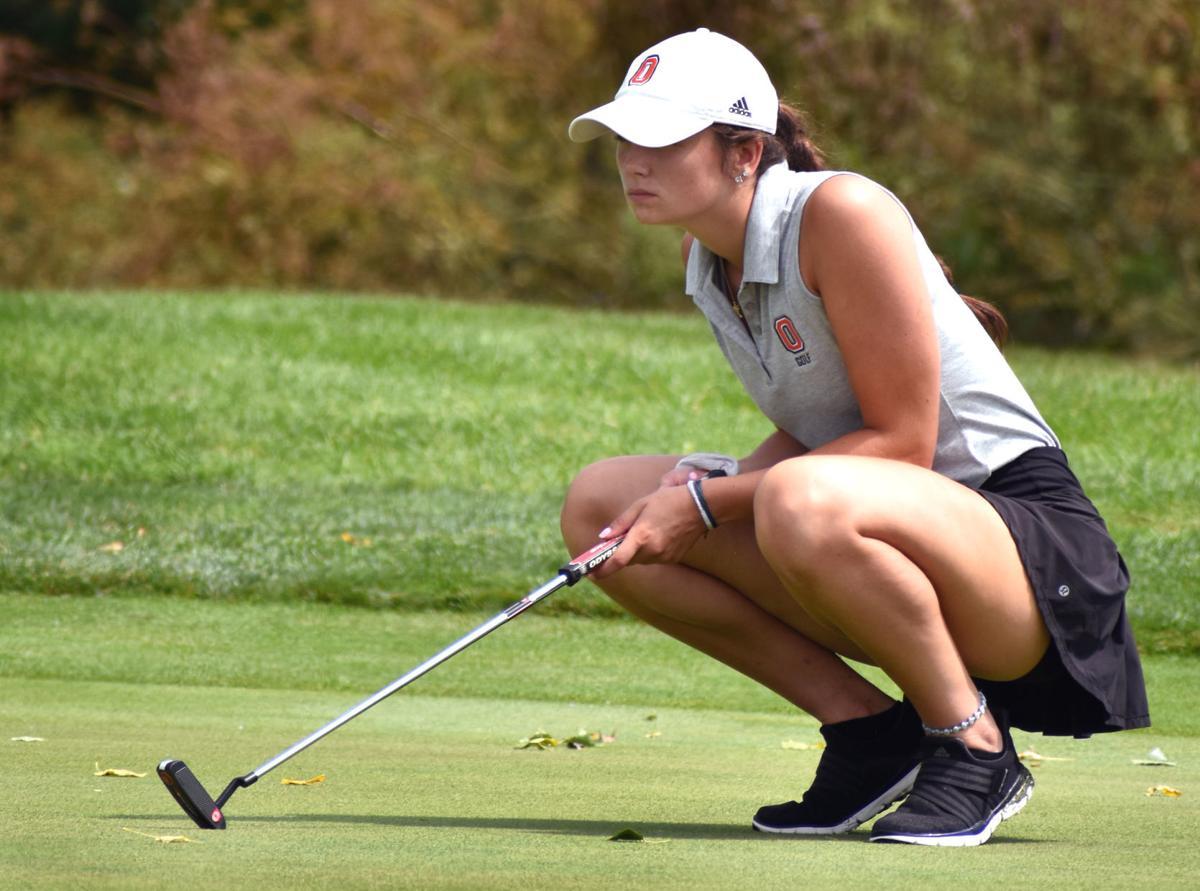 Oregon's Sydnee McKee lines up a putt