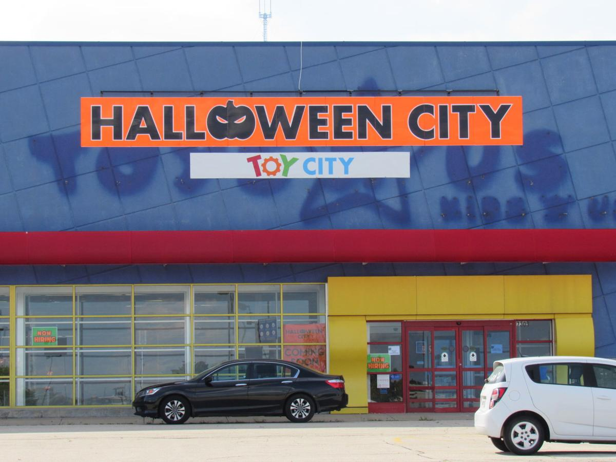 former toys 'r' us building to become pop-up for halloween and