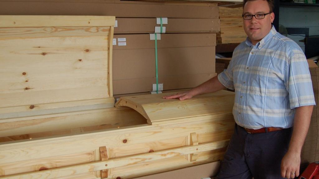 Honoring Grandpa, Earth: Casket maker has passion for nature