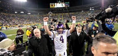 Brett Favre leaves field, Vikings at Packers