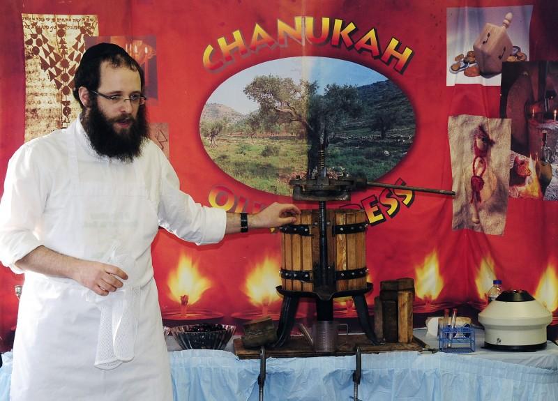 Hanukkah-Wonderland-04-E1Q_0030-Dixon.JPG
