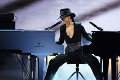 People Are Amazed At Alicia Keys Playing 2 Pianos At Once