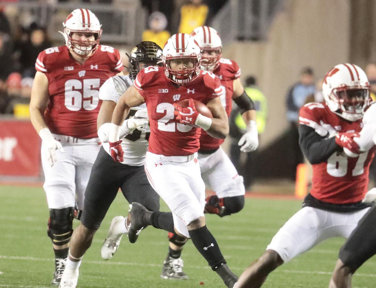 Badgers RB Jonathan Taylor receives standing ovation in ...