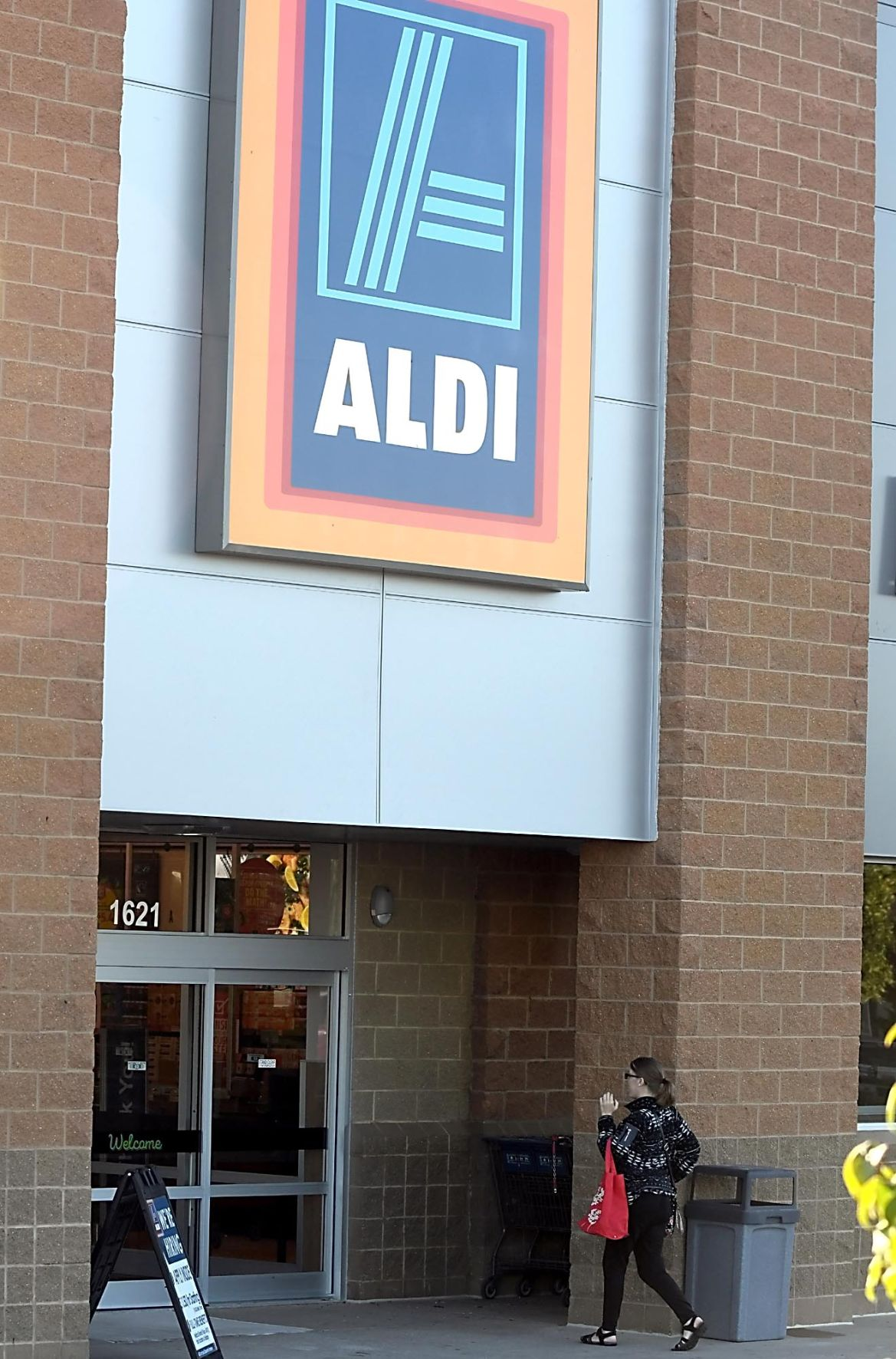 aldi reopens expanded updated mankato store news. Black Bedroom Furniture Sets. Home Design Ideas