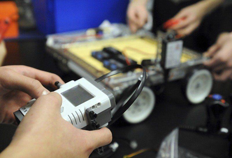 LCWM high schoolers start new robotics team