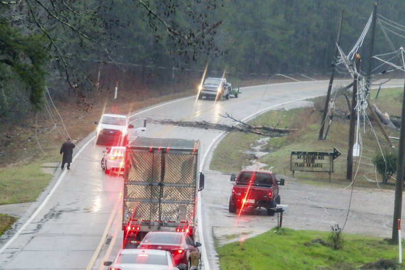 Severe storm knocks out power for thousands in Lauderdale County