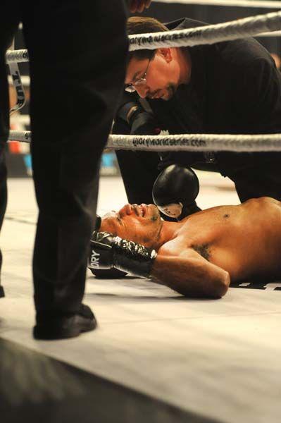 Glory 19 Kick Boxing - Ambang vs Richards - 3.jpg