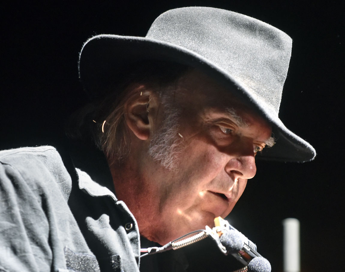 100215-mis-nws-neil-young-02