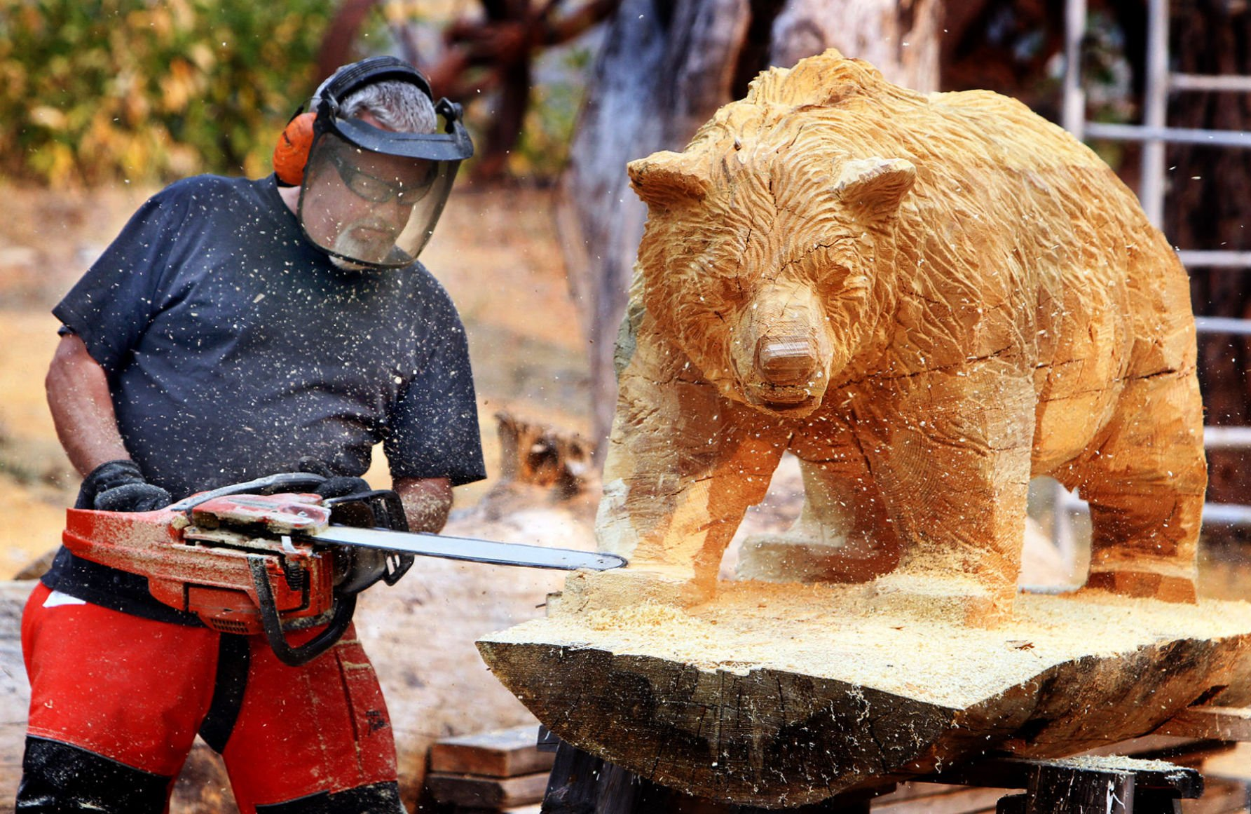 Chainsaw art bigfork artist takes on the best in the world at