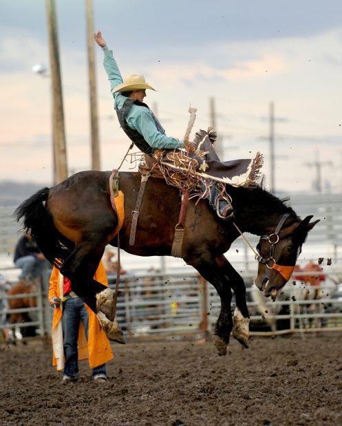 Zeke Thurston rides Broncasauraus