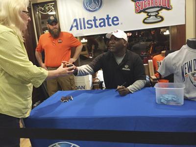 Thurman Thomas signs autographs