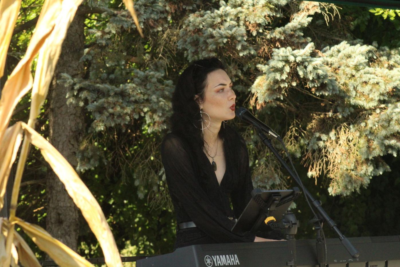 Stevensville siger Danah Denice at Artoberfest