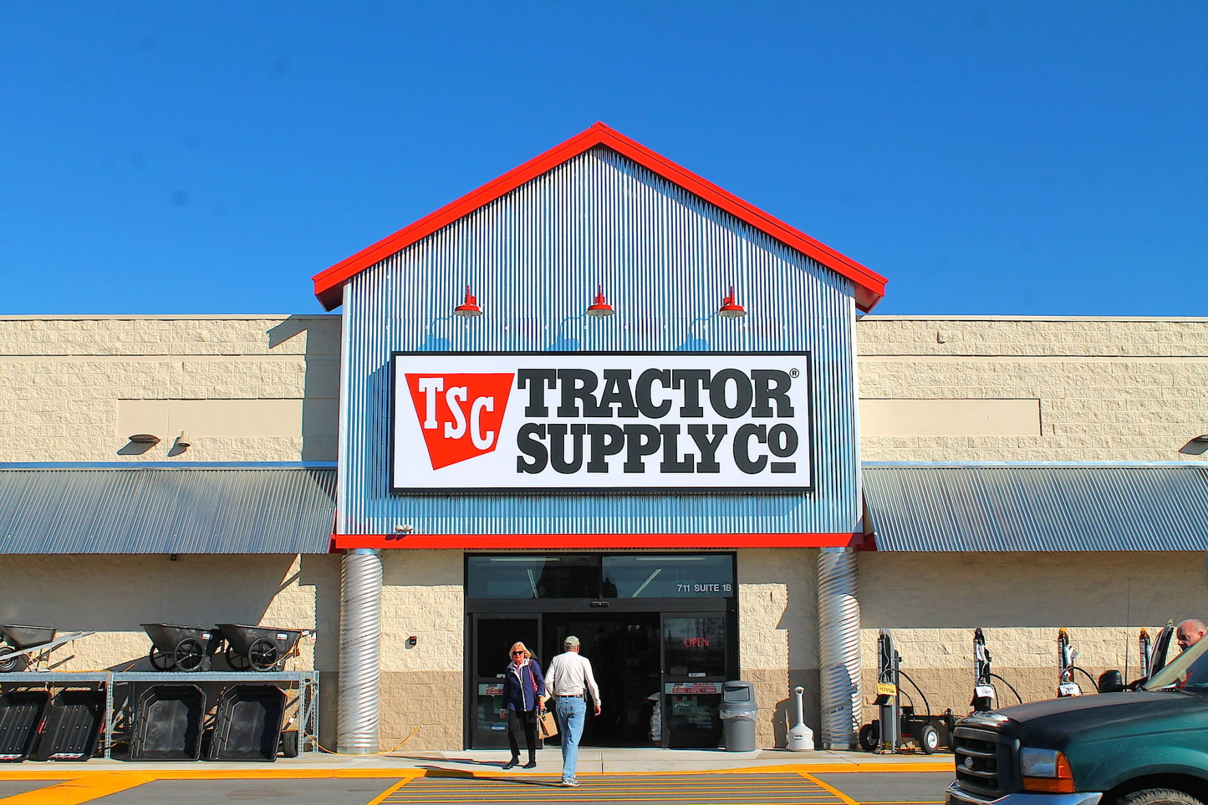 Tractor Supply Company (NASDAQ:TSCO) Traded Over Its 50 Day Moving Average