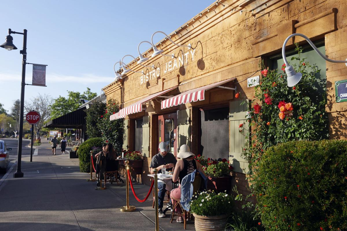 Outdoor dining in Yountville