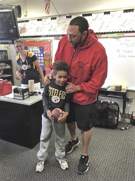 5e0f54c713d Former Steelers quarterback Charlie Batch visits classrooms with backpacks