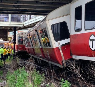 Red Line derailment snarls morning commute